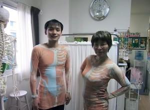 筋着を着た吉田淳香 と齊藤院長