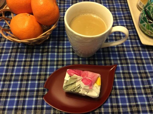 福岡のお土産「築紫もち」をおやつの時間に頂きました。